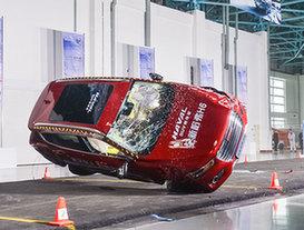 汽车安全研究再进一步 镜头下的汽车翻滚实验
