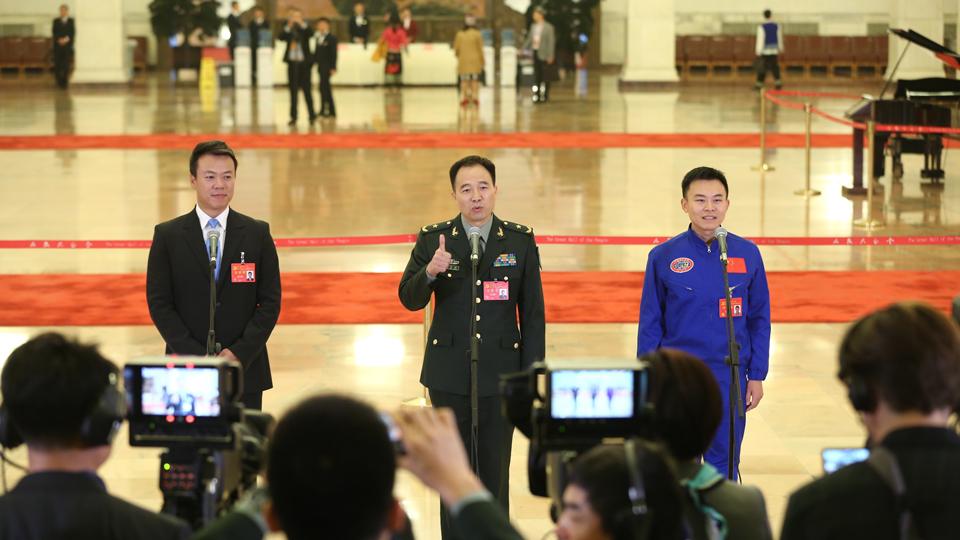 趙宏博、景海鵬、唐嘉陵代表接受採訪