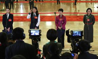 吳敏霞、杜玉濤、蒙曼、盧麗安代表接受採訪