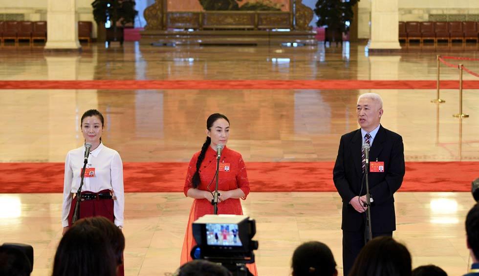 肖笑波、侯艷、徐俊接受採訪