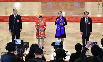蔡松濤、杜麗群、楊小玲、賈立群代表接受採訪