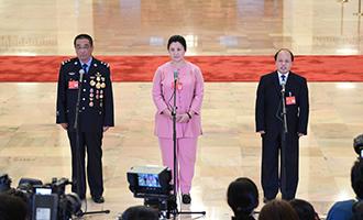 崔光日、荀笑紅、巨曉林代表接受採訪