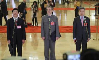 吳曉光、胡偉武、金東寒代表接受採訪
