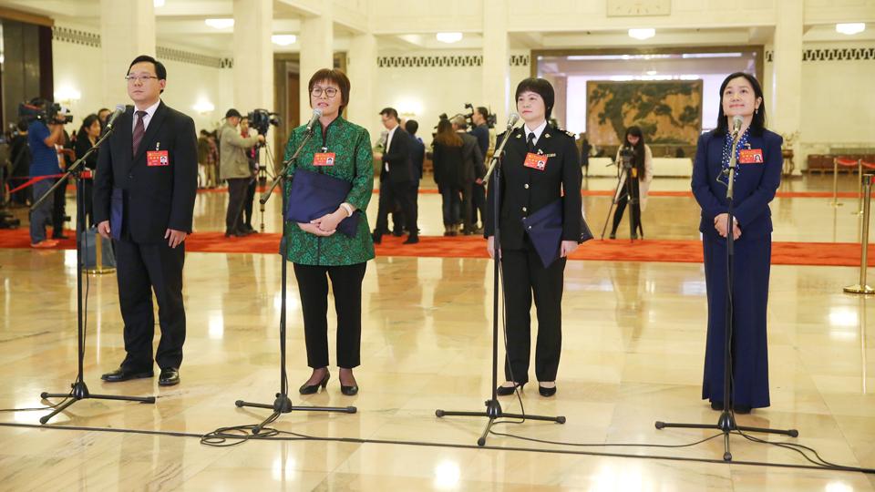 蔣成華、邵蕓、甘露、周宇代表接受採訪