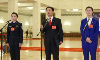 李貝、裴春亮、丁寧代表接受採訪