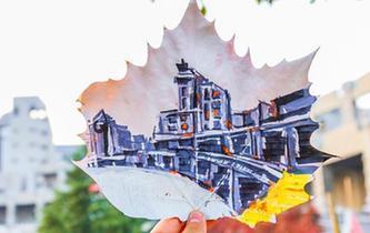 大學生繪制校園美景樹葉畫