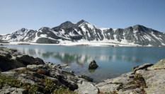 """新疆阿勒泰高山""""藏""""湖 白雪相映美不勝收"""