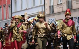第185屆慕尼黑啤酒節舉行盛裝遊行