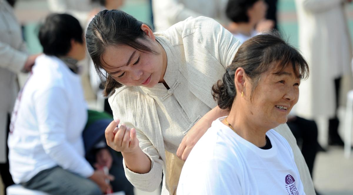 江苏扬州:为老人敲背过重阳