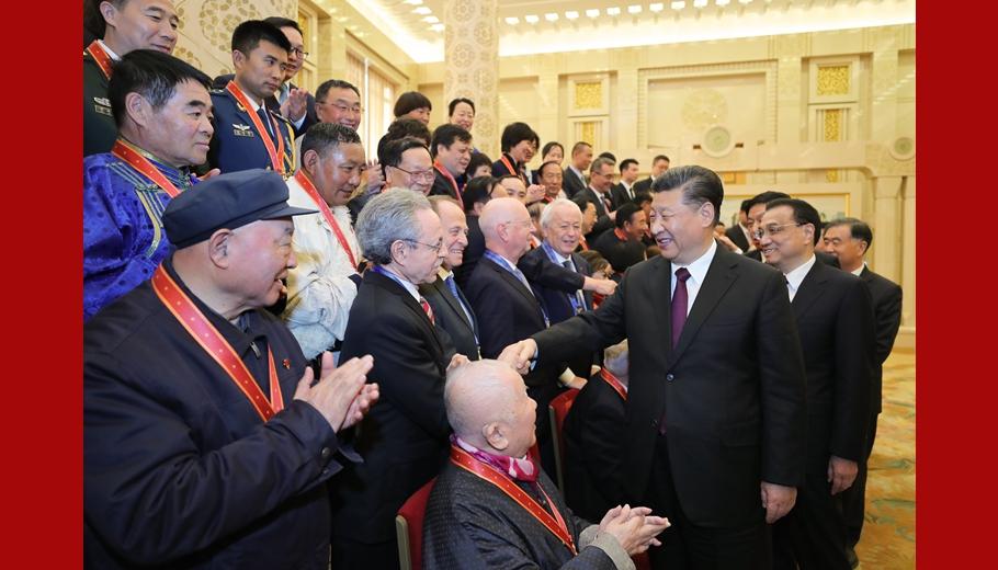习近平等会见受表彰人员及亲属代表