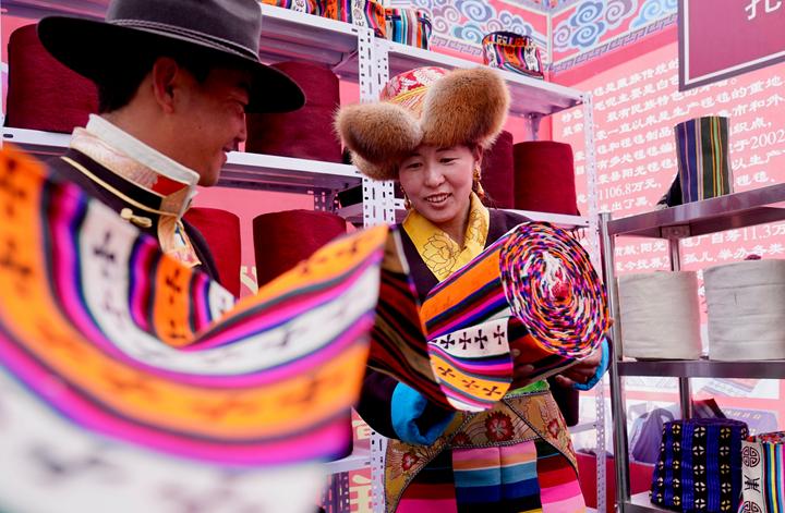 西藏:格桑花開 幸福路寬