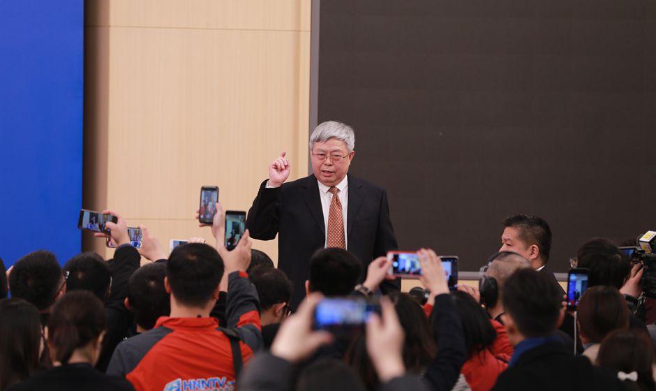 記者會結束後劉永富與記者們交流