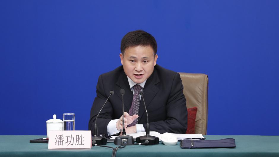 潘功勝回答記者提問