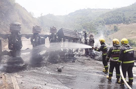 30吨柴油罐车侧翻起火 云南景谷消防成功处置