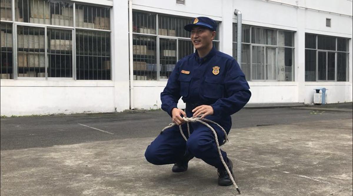 视频:关键时刻能救命 消防员教你打绳结