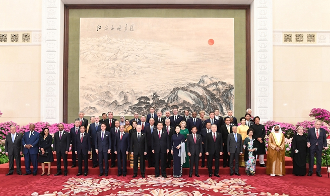 Xi hosts banquet for guests attending Belt and Road forum