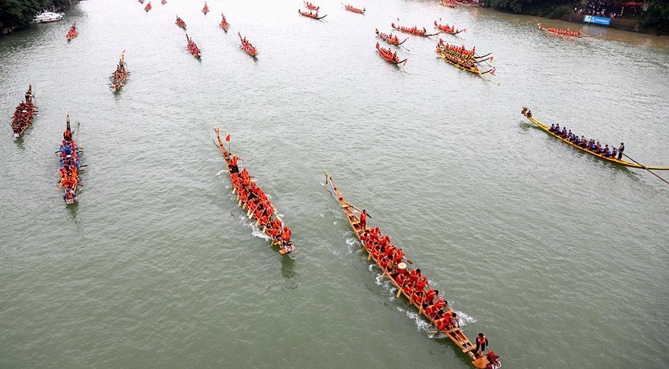 龙舟竞逐迎端午