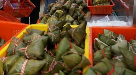 观龙舟、品粽子、转风车——香港市民热热闹闹过端午