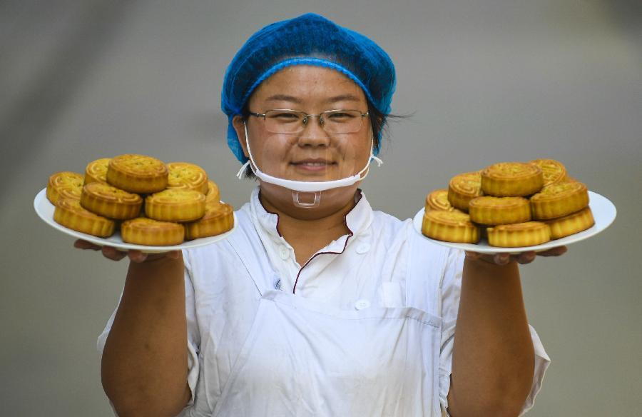 河北安平:赶制手工月饼迎中秋