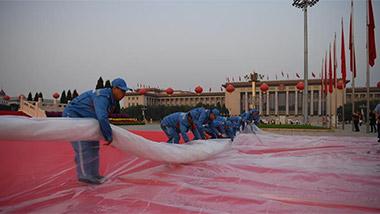 工作人员在天安门广场进行准备工作