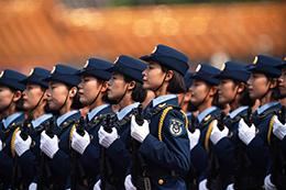 女兵方队:全新编成 首次挂枪