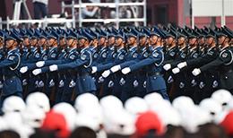 预备役部队方队:由各军种联合编成的端枪方队