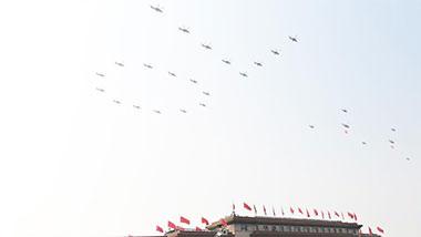 空中护旗梯队通过天安门广场
