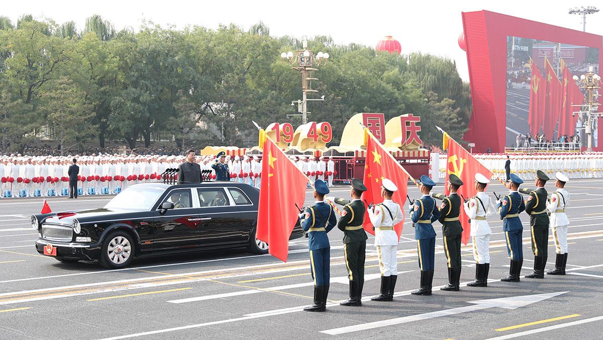 习近平驱车行进至党旗、国旗、军旗前,向旗帜行注目礼