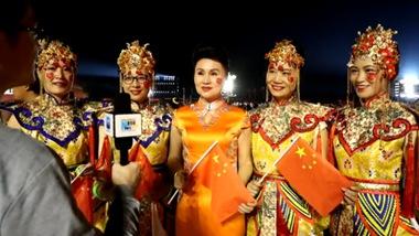 新华网记者现场采访参加国庆联欢活动的群众