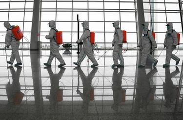 武漢天河機場為復航開展消殺作業