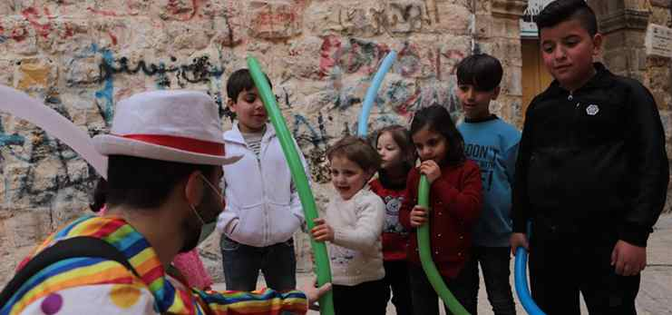 Clown show entertains children confined at home amid COVID-19 concerns in Hebron