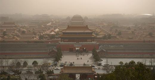 北京遭遇沙尘袭击 由雾霾污染转为沙尘污染