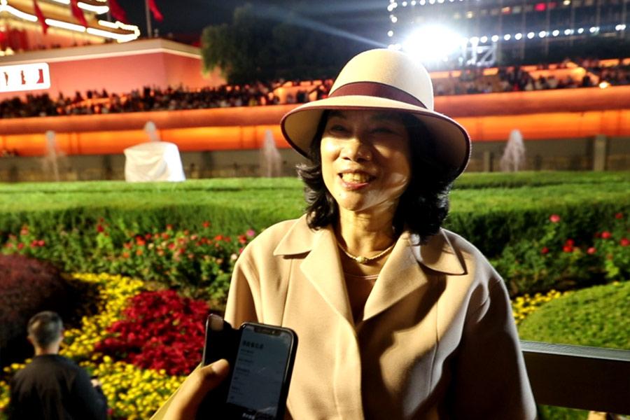 董明珠在国庆联欢活动现场接受新华网采访