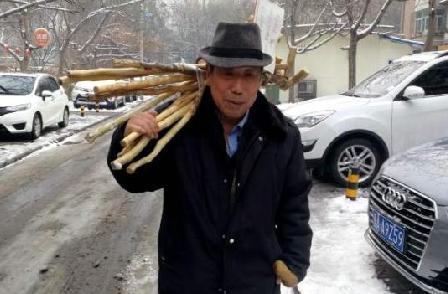 """老人20年制上萬根""""愛心拐棍"""" 免費供路人取用"""