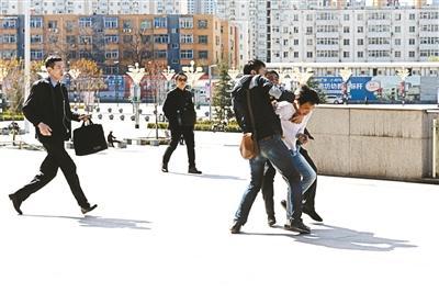 北京站派出所全年抓在逃嫌犯379人 一鐵警抓252人