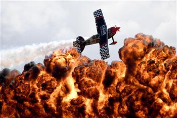 澳大利亞國際航展上演精彩飛行表演