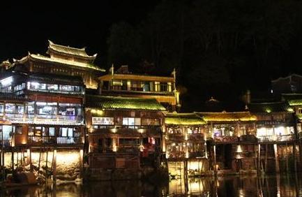 鳳凰古城:霓虹夜中遊沱江