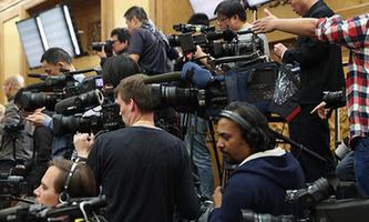 中外記者在見面會現場進行準備工作