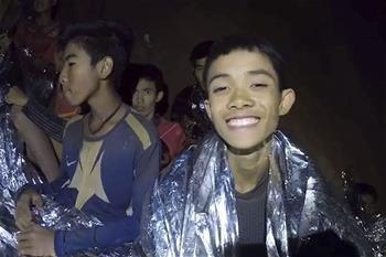 洞穴數日 泰國少年足球隊員挺住了