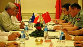 Chinese, Philippine Defense Ministers talk over peaceful solution of Huangyan Island dispute