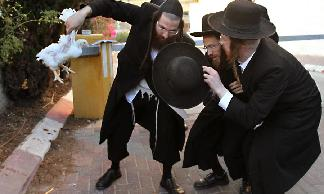 "Ultra-Orthodox Jews hold ""Kaparot"" ceremony before Yom Kippur"