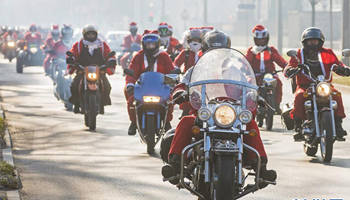 """Santa Clauses"" ride motorcycles to take part in parade"