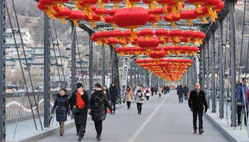 Lanterns put up on bridge to greet Spring Festival