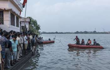 Indian gov't, local people search for flood victims in Hooghly River
