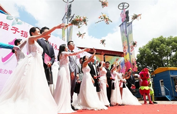 In pics: group wedding held at Happy Valley amusement park in E China's Shanghai
