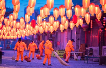 People from various industries stick to their posts on eve of Spring Festival