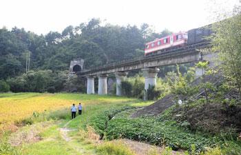 Pic story: railway police along Anhui-Jiangxi railway line in east China