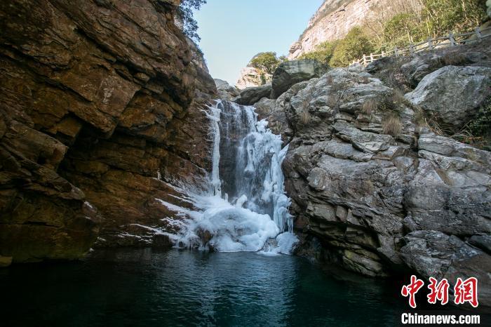 江西庐山三叠泉百米冰瀑挂悬崖
