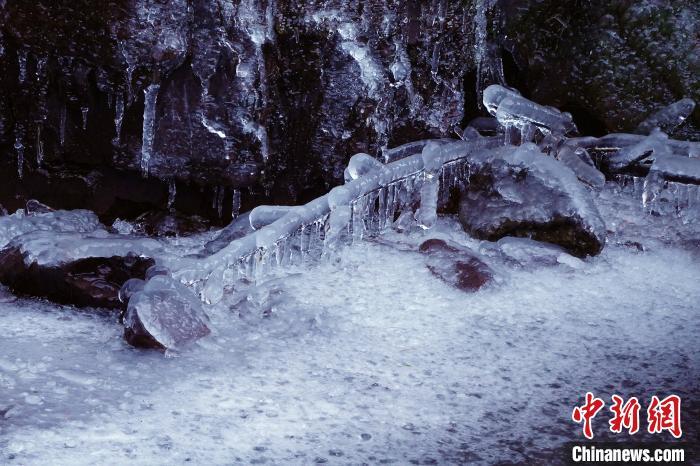 冷空气影响浙江江南冰瀑吸引游人