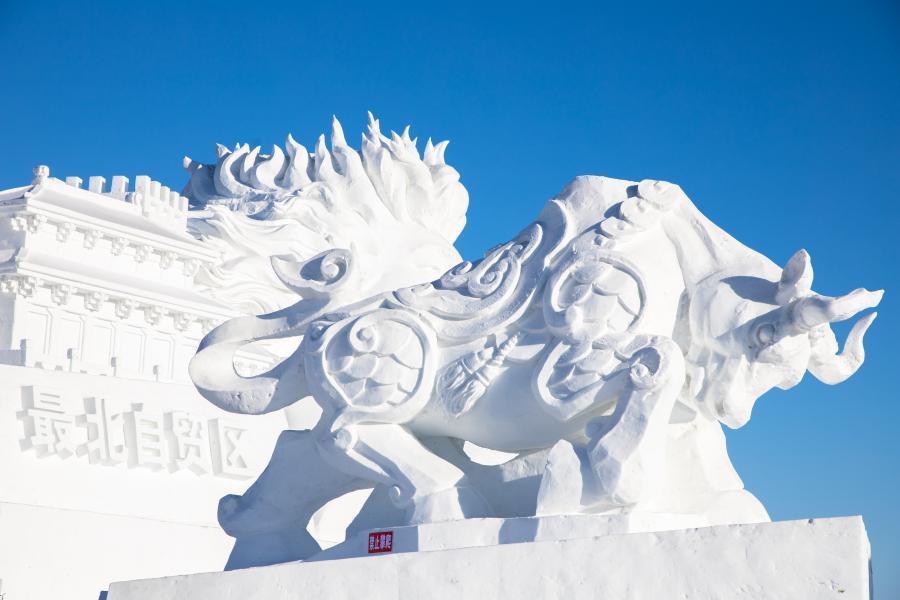 雪雕闪耀中俄边城